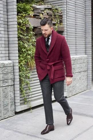 Как и с чем носить: темно-красный кардиган с отложным воротником, черный жилет, белая классическая рубашка, темно-серые шерстяные классические брюки