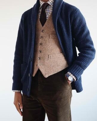 Как и с чем носить: темно-синий кардиган с отложным воротником, светло-коричневый шерстяной жилет, белая классическая рубашка в клетку, темно-коричневые вельветовые джинсы