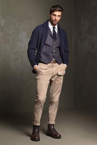 Как и с чем носить: темно-синий кардиган с отложным воротником, темно-синий жилет, белая классическая рубашка, бежевые брюки карго