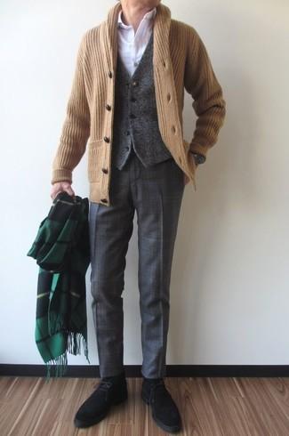 Как и с чем носить: светло-коричневый кардиган с отложным воротником, темно-серый шерстяной жилет, белая классическая рубашка, темно-серые классические брюки в шотландскую клетку