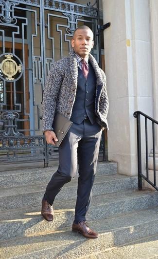 Как и с чем носить: темно-синий кардиган с отложным воротником, темно-синий жилет, бело-темно-синяя классическая рубашка в шотландскую клетку, темно-синие классические брюки