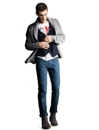 Как и с чем носить: серый кардиган с отложным воротником, темно-синий хлопковый жилет, бело-красная футболка с круглым вырезом с принтом, темно-синие брюки чинос
