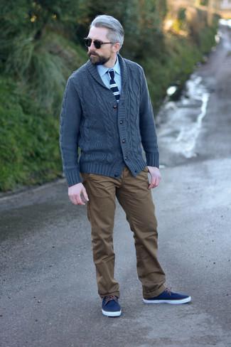 Коричневые брюки чинос: с чем носить и как сочетать: Темно-серый кардиган с отложным воротником и коричневые брюки чинос — вариант, который будет неизменно притягивать дамские взгляды. Чтобы ансамбль не казался слишком прилизанным, подумай о контрастных деталях: темно-синих низких кедах из плотной ткани.