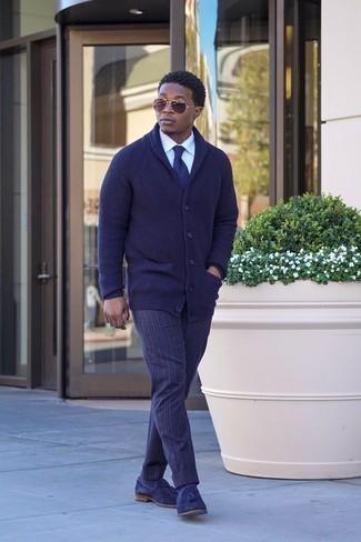 Белая классическая рубашка: с чем носить и как сочетать мужчине: Белая классическая рубашка в сочетании с темно-синими брюками чинос в вертикальную полоску позволит выразить твой индивидуальный стиль и выигрышно выделиться из серой массы. И почему бы не привнести в этот образ на каждый день чуточку изысканности с помощью темно-синих замшевых лоферов с кисточками?
