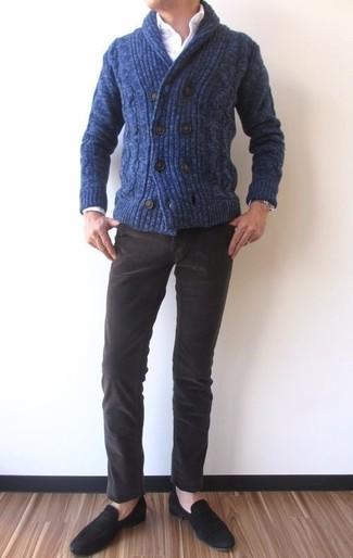 Как и с чем носить: темно-синий кардиган с отложным воротником, белая классическая рубашка, темно-коричневые вельветовые джинсы, черные замшевые лоферы