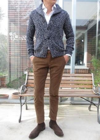 Как и с чем носить: темно-серый кардиган с отложным воротником, белая классическая рубашка, коричневые вельветовые джинсы, темно-коричневые замшевые ботинки челси