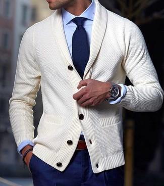 Как и с чем носить: бежевый кардиган с отложным воротником, голубая классическая рубашка, темно-синие классические брюки, темно-синий галстук