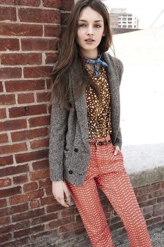 Как и с чем носить: серый кардиган с отложным воротником, коричневая классическая рубашка в горошек, красные узкие брюки в горошек, синяя бандана с принтом