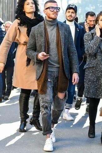 Белые низкие кеды из плотной ткани: с чем носить и как сочетать мужчине: Коричневый кардиган с отложным воротником и серые рваные джинсы — прекрасный вариант, если ты хочешь создать раскованный, но в то же время модный мужской образ. В паре с этим луком органично будут смотреться белые низкие кеды из плотной ткани.