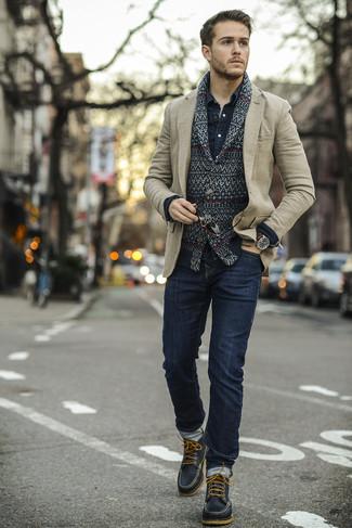 Как и с чем носить: черный кардиган с отложным воротником с жаккардовым узором, бежевый шерстяной пиджак, темно-синяя джинсовая рубашка, темно-синие зауженные джинсы