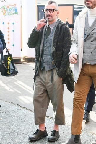 Светло-коричневые брюки чинос: с чем носить и как сочетать: Надев темно-зеленый кардиган с отложным воротником и светло-коричневые брюки чинос, можно смело отправляться на полуформальную встречу или культурное мероприятие. Любишь необычные сочетания? Заверши лук темно-серыми кожаными туфлями дерби.