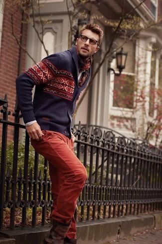 Как и с чем носить: темно-синий кардиган с отложным воротником с жаккардовым узором, бежевая рубашка с длинным рукавом, красные брюки чинос, темно-коричневые кожаные ботинки челси