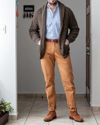 С чем носить коричневые замшевые повседневные ботинки мужчине: Комбо из темно-коричневого кардигана с отложным воротником и табачных брюк чинос позволит выразить твой оригинальный личный стиль и выделиться из общей массы. Что же до обуви, можно завершить образ коричневыми замшевыми повседневными ботинками.
