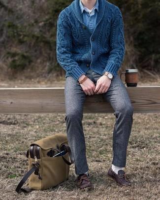 С чем носить коричневый браслет мужчине: Темно-синий кардиган с отложным воротником и коричневый браслет — замечательная формула для воплощения модного и несложного лука. Теперь почему бы не добавить в повседневный образ толику консерватизма с помощью темно-коричневых кожаных топсайдеров?