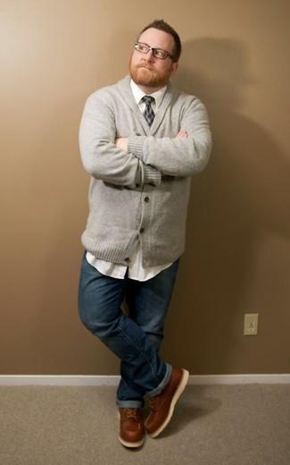 Как и с чем носить: серый кардиган с отложным воротником, белая рубашка с длинным рукавом, темно-синие джинсы, коричневые кожаные рабочие ботинки