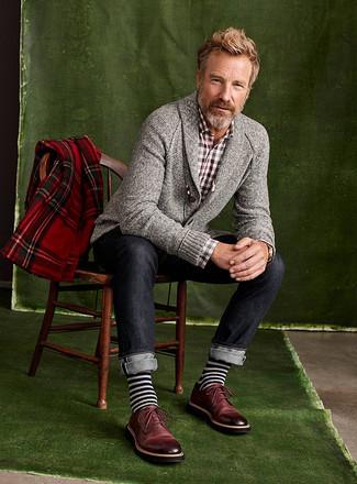 Как и с чем носить: серый кардиган с отложным воротником, коричневая рубашка с длинным рукавом в мелкую клетку, темно-синие джинсы, темно-красные кожаные туфли дерби