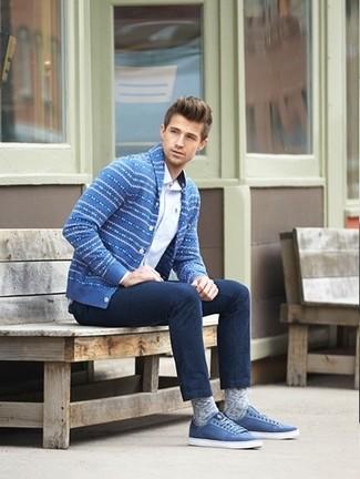 Как и с чем носить: синий кардиган с отложным воротником с жаккардовым узором, белая рубашка с длинным рукавом, темно-синие джинсы, синие низкие кеды