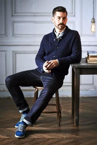 Модный лук: темно-синий кардиган с отложным воротником, серая рубашка с длинным рукавом, черные джинсы, синие низкие кеды
