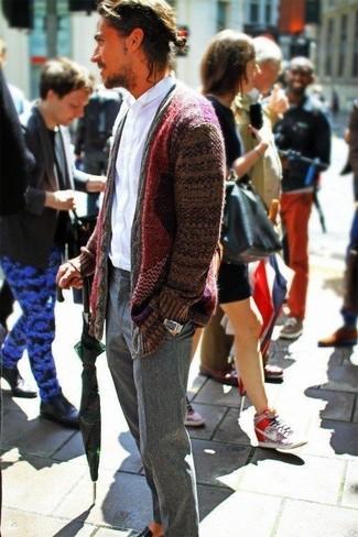 Как и с чем носить: темно-красный кардиган с отложным воротником, белая рубашка с длинным рукавом, серые шерстяные классические брюки, черные кожаные лоферы
