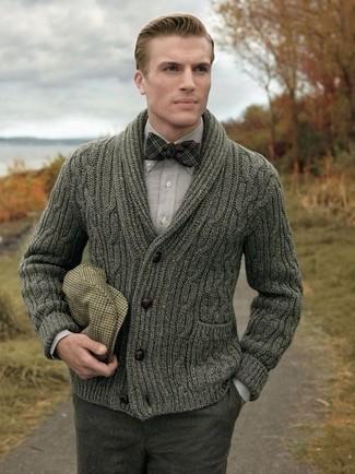 Как и с чем носить: оливковый кардиган с отложным воротником, серая рубашка с длинным рукавом, темно-серые шерстяные классические брюки, светло-коричневая кепка в шотландскую клетку