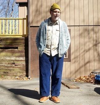 Как одеваться мужчине за 50: Когда не знаешь, что надеть на свидание вечером, голубой кардиган с отложным воротником и темно-синие брюки чинос — прекрасный вариант. Закончив ансамбль табачными кожаными лоферами, можно получить потрясающий результат.