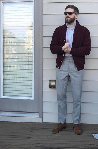 С чем носить черные солнцезащитные очки мужчине: Если ты делаешь ставку на удобство и функциональность, темно-красный кардиган с отложным воротником и черные солнцезащитные очки — превосходный выбор для модного мужского образа на каждый день. Думаешь привнести в этот лук толику строгости? Тогда в качестве обуви к этому луку, выбирай коричневые замшевые оксфорды.