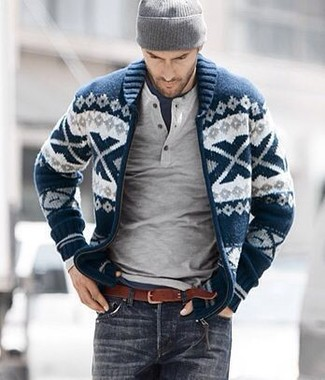 Как и с чем носить: темно-сине-белый кардиган с отложным воротником с жаккардовым узором, серый свитер с горловиной на пуговицах, темно-синяя футболка с круглым вырезом, темно-серые джинсы