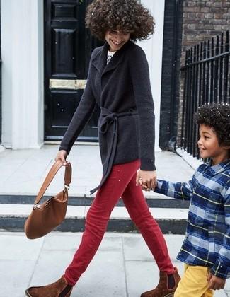 Как и с чем носить: черный кардиган с отложным воротником, бело-черный свитер с круглым вырезом с леопардовым принтом, красные джинсы скинни, коричневые замшевые ботинки челси