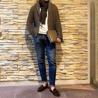 Как и с чем носить: оливковый кардиган с отложным воротником, белый свитер с круглым вырезом, темно-синие джинсы, темно-коричневые замшевые лоферы с кисточками