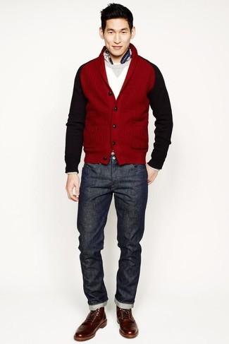 Как и с чем носить: красный кардиган с отложным воротником, белый свитер с круглым вырезом, темно-серые джинсы, коричневые кожаные повседневные ботинки
