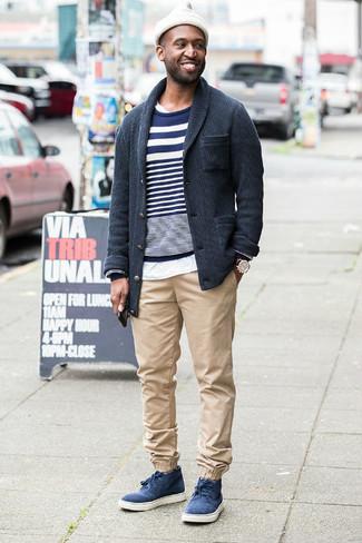 Как и с чем носить: темно-серый кардиган с отложным воротником, темно-сине-белый свитер с круглым вырезом в горизонтальную полоску, белая футболка с круглым вырезом, бежевые брюки чинос