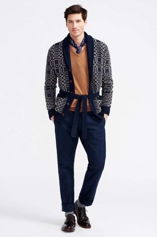 Как и с чем носить: темно-синий кардиган с отложным воротником с принтом, светло-коричневый свитер с v-образным вырезом, темно-синие брюки чинос, темно-красные кожаные туфли дерби
