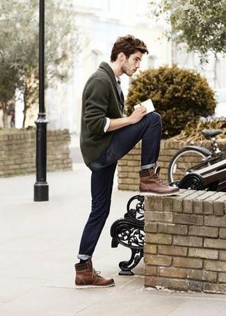 """Сочетание темно-зеленого кардигана с отложным воротником и темно-синих джинсов позволит создать ощущение """"элегантной свободы"""". Что касается обуви, можно отдать предпочтение комфорту и выбрать темно-коричневые кожаные рабочие ботинки."""