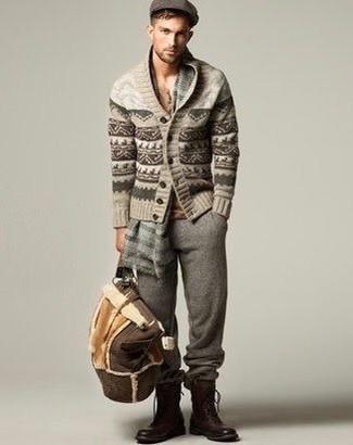 Как и с чем носить: бежевый кардиган с отложным воротником с жаккардовым узором, серые спортивные штаны, коричневые кожаные повседневные ботинки, темно-коричневая кожаная дорожная сумка