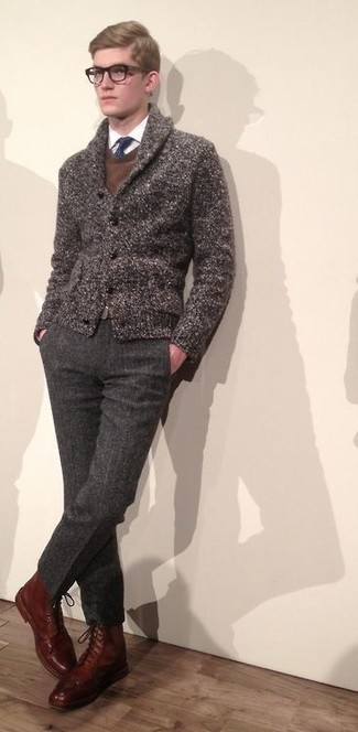 С чем носить темно-серые шерстяные классические брюки мужчине: Несмотря на то, что этот ансамбль выглядит весьма консервативно, образ из коричневого кардигана с отложным воротником и темно-серых шерстяных классических брюк является постоянным выбором современных джентльменов, неизбежно покоряя при этом сердца представительниц прекрасного пола. Почему бы не добавить в этот образ немного фривольности с помощью коричневых кожаных повседневных ботинок?