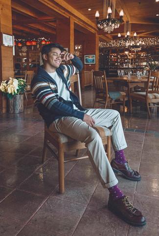 Как и с чем носить: темно-сине-белый кардиган с отложным воротником в горизонтальную полоску, белая футболка с круглым вырезом, бежевые брюки чинос, темно-коричневые кожаные туфли дерби