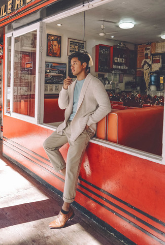 Как и с чем носить: бежевый кардиган с отложным воротником, голубая футболка с круглым вырезом, бежевые брюки чинос, светло-коричневые кожаные туфли дерби