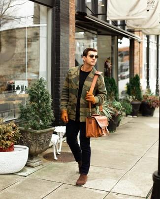 Как и с чем носить: оливковый кардиган с отложным воротником с камуфляжным принтом, черная футболка с круглым вырезом, черные джинсы, коричневые замшевые ботинки челси