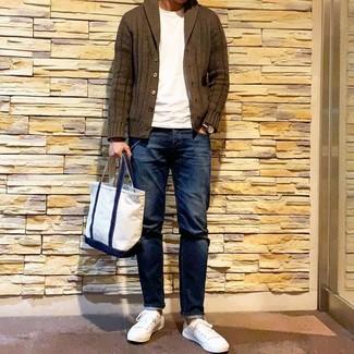 Как и с чем носить: оливковый кардиган с отложным воротником, белая футболка с круглым вырезом, темно-синие джинсы, белые низкие кеды