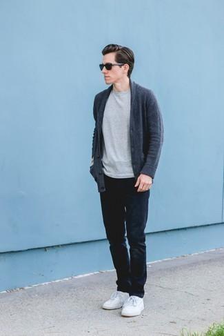 Серая футболка с круглым вырезом: с чем носить и как сочетать мужчине: Серая футболка с круглым вырезом и темно-синие джинсы — необходимые составляющие в арсенале любителей расслабленного стиля. Что же до обуви, можно дополнить образ белыми кожаными низкими кедами.