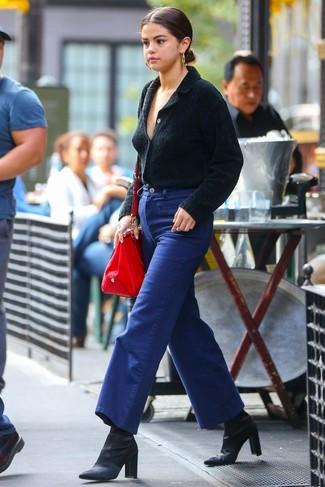Как и с чем носить: черный кардиган с отложным воротником, синие джинсовые широкие брюки, черные сатиновые ботильоны, красная кожаная большая сумка