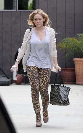 Как и с чем носить: бежевый кардиган, серый топ без рукавов, светло-коричневые джинсы скинни с леопардовым принтом, коричневые кожаные туфли