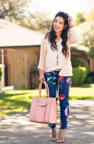 Как и с чем носить: розовый кардиган, белый топ без рукавов, темно-синие узкие брюки с цветочным принтом, розовые кожаные туфли