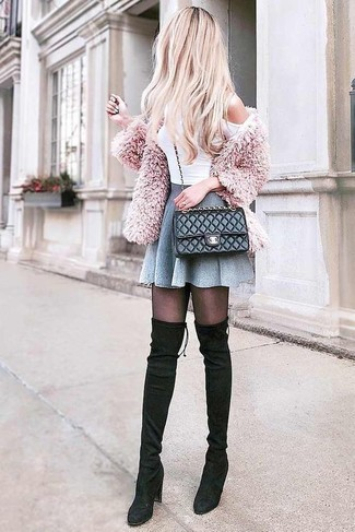 Розовый пушистый кардиган и черная кожаная стеганая сумка через плечо — отличный наряд для ужина в ресторане. Чудесно здесь выглядят черные замшевые ботфорты. Чем не суперский образ на межсезонье?