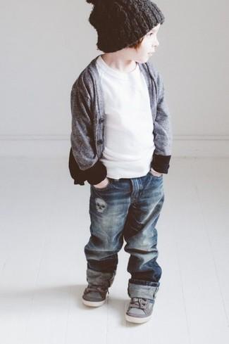 Как и с чем носить: серый кардиган, белая футболка, темно-синие джинсы, серые кеды