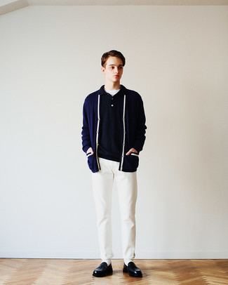 Мода для подростков парней: Сочетание темно-синего кардигана и белых брюк чинос поможет выразить твою индивидуальность. Любители свежих идей могут дополнить ансамбль черными кожаными лоферами, тем самым добавив в него чуточку строгости.