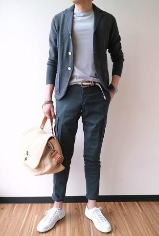 Как и с чем носить: темно-серый кардиган, серая футболка с круглым вырезом, темно-серые брюки карго, белые низкие кеды из плотной ткани