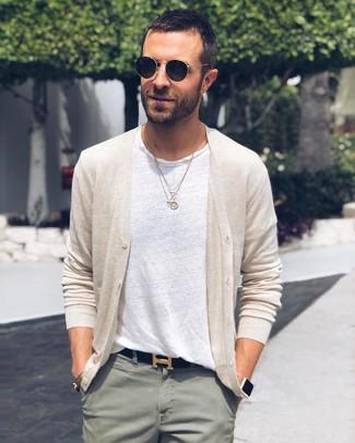 Как и с чем носить: бежевый кардиган, белая футболка с круглым вырезом, мятные брюки чинос, черный кожаный ремень