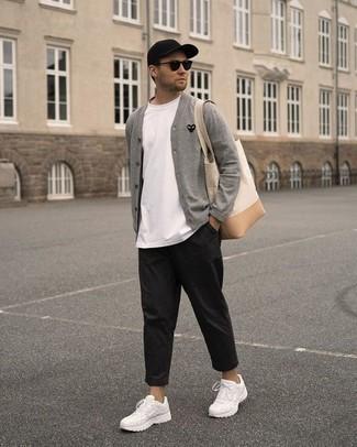 Модные мужские луки 2020 фото весна 2020: В сером кардигане и черных брюках чинос можно пойти на встречу в расслабленной обстановке или провести выходной день, когда в планах поход в кино или пиццерию. белые кроссовки добавят облику непринужденности и беззаботства. Когда холодная пора сменяется в весеннее время года, мы скидываем тяжелые шубы и толстые куртки и начинаем поиски новых весенних тенденций. Подобное сочетание послужит замечательным источником стильного вдохновения.