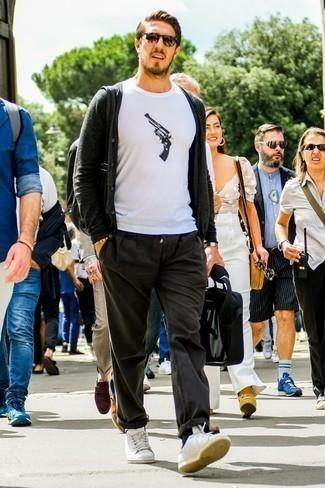 Бело-темно-синяя футболка с круглым вырезом с принтом: с чем носить и как сочетать мужчине: Комбо из бело-темно-синей футболки с круглым вырезом с принтом и темно-серых брюк чинос — превосходная идея для создания мужского лука в стиле смарт-кэжуал. Пара белых кожаных низких кед очень органично вписывается в этот лук.
